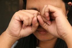 Вред протирания глаз при ожоге