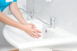 Дезинфекция рук перед наложением повязки