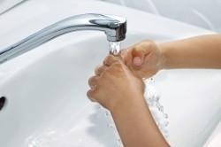Промывание ожога холодной водой