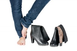 Тесная обувь - причина травмы ногтя на ноге