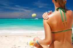 Нанесение защитного крема от солнца